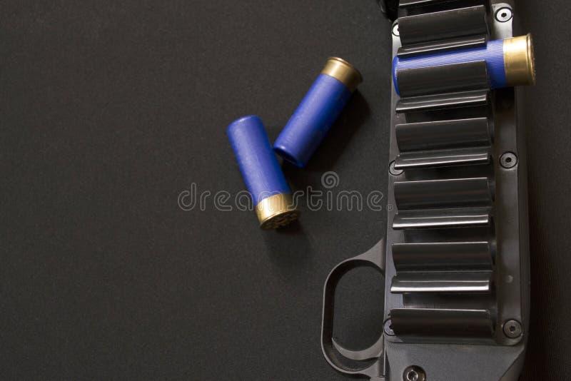 取决于的子弹带、触发器和三个猎枪弹药筒 库存图片