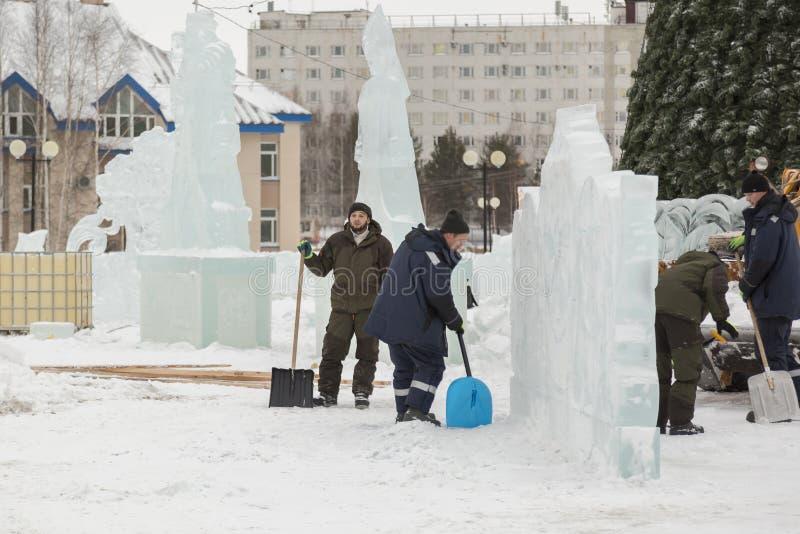 取消在冰镇的雪的工作者铁锹 图库摄影