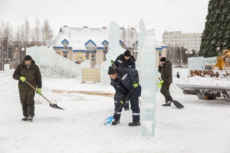 取消在冰镇的雪的工作者铁锹 免版税库存图片