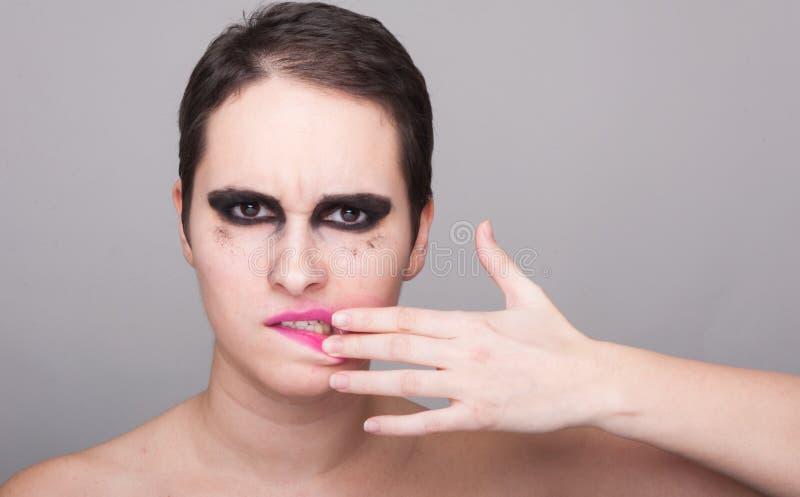 取消她的唇膏的美丽的浅黑肤色的男人 免版税库存照片