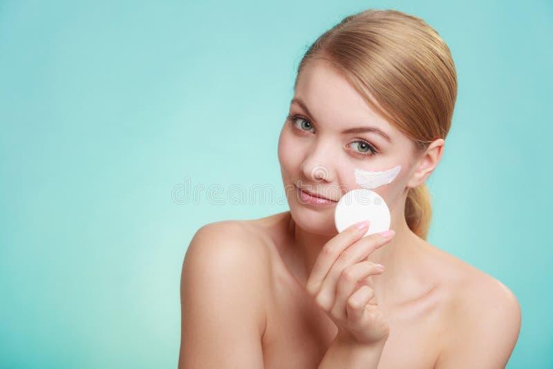 取消构成的妇女与奶油和化装棉 免版税库存图片