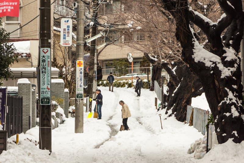 取消雪的日本人与铁锹 库存照片