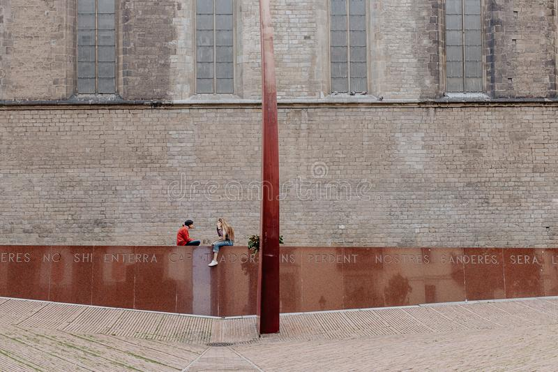变冷在一座地方纪念碑的两个女孩 免版税库存图片