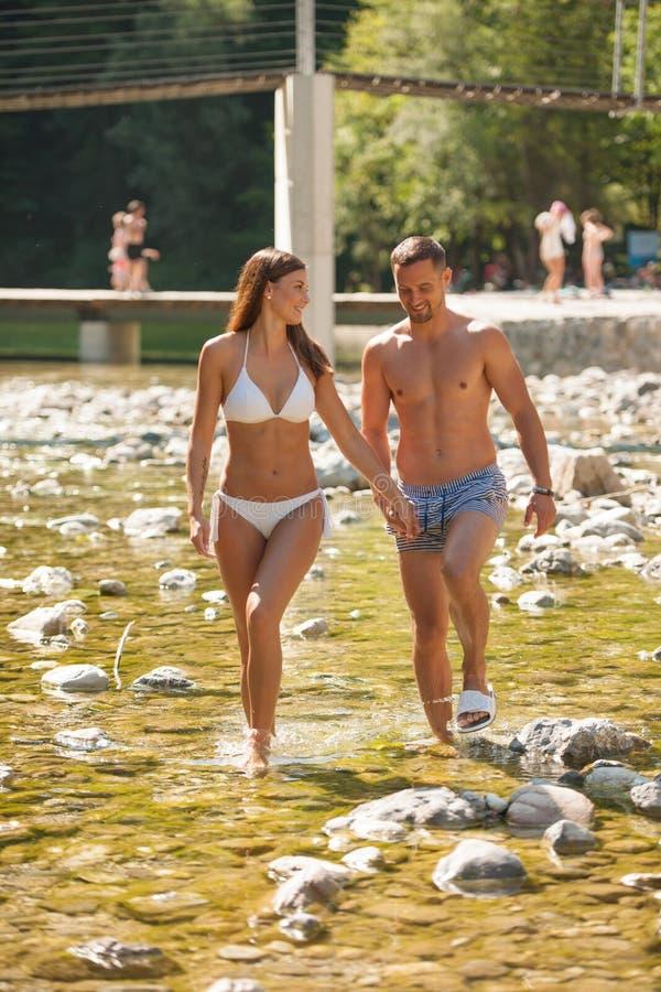 变冷在河的活跃年轻夫妇在一个热的夏日s 免版税库存图片