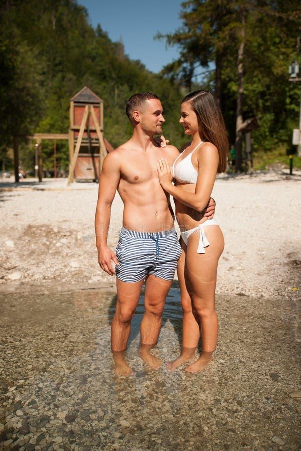变冷在河的活跃年轻夫妇在一个热的夏日s 库存照片