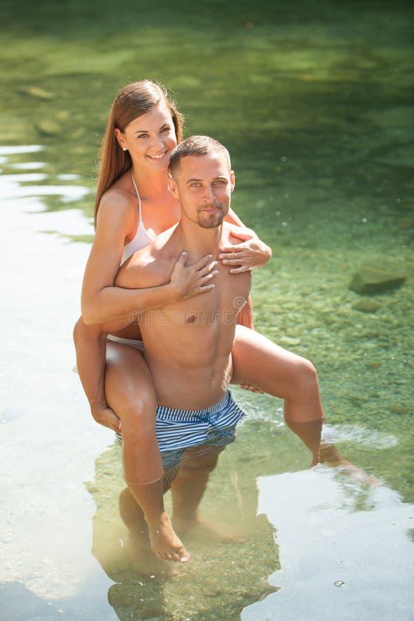 变冷在河的活跃年轻夫妇在一个热的夏日s 免版税库存照片