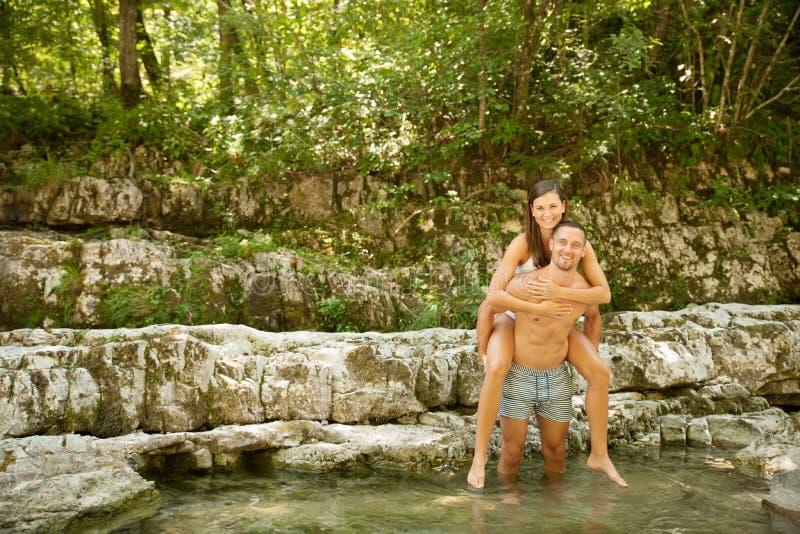 变冷在河的活跃年轻夫妇在一个热的夏日s 库存图片