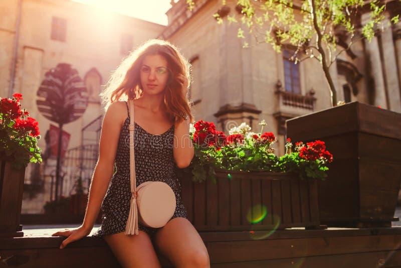 变冷由在夏天街道上的咖啡馆的愉快的少妇 室外画象美好青少年女孩微笑 图库摄影