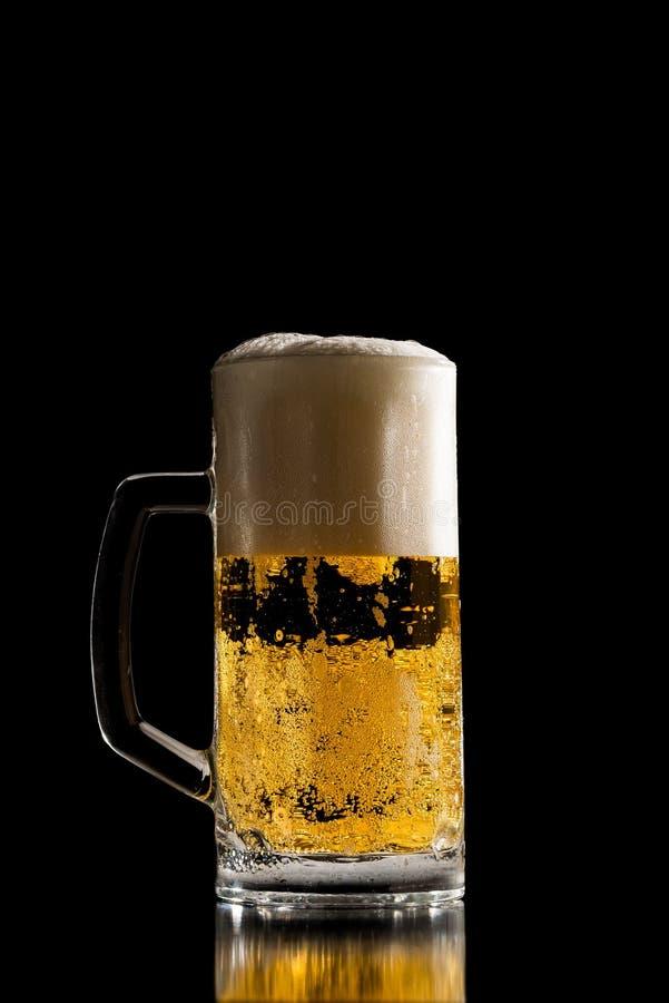 变冷的啤酒充分的大啤酒杯与一个泡沫的头的 免版税库存照片
