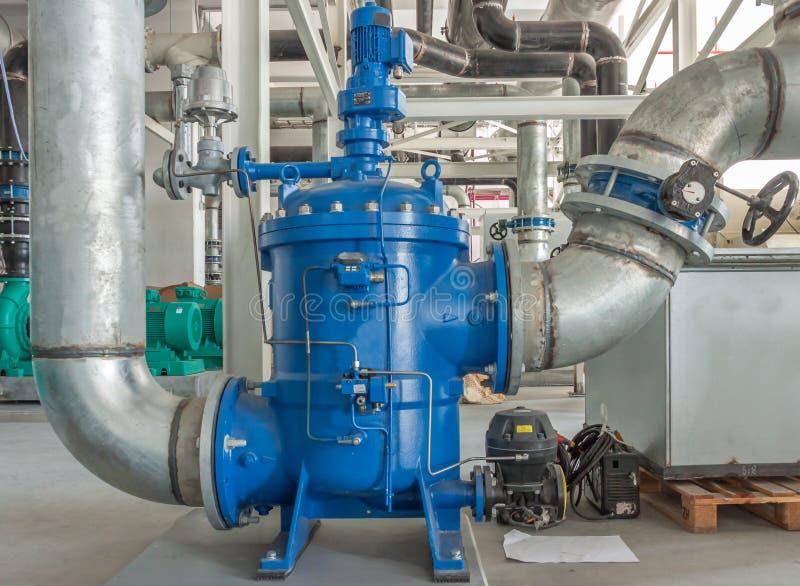变冷的水管设施的典型安装有补白的 库存图片