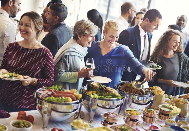 变化人享受立食宴会概念 免版税库存照片