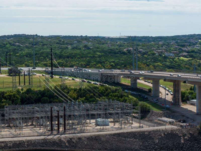 变压器和接线在一个发电水坝,搅动的水 库存图片