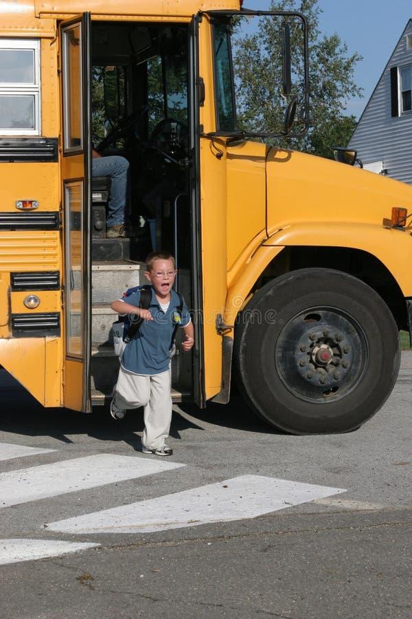 变得男孩的公共汽车愉快学校 库存图片