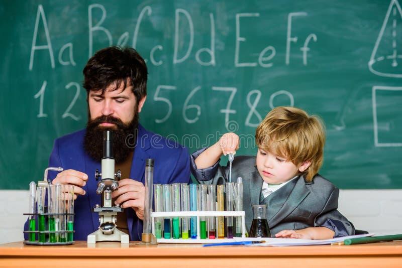变换镜子成窗口 有黑板的训练室 烧瓶在有试管的科学家手上 ?? ?? 库存照片