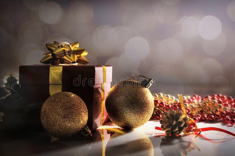 变暗与两件球和礼物的圣诞节装饰 库存图片