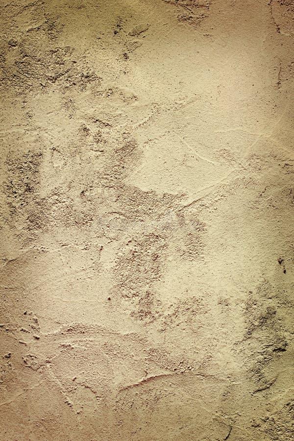 变暗的老涂灰泥的墙壁 免版税库存照片