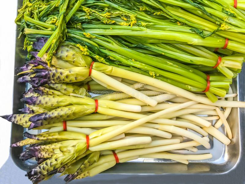 变白的泰国郁金香Cucuma Sparganifolia和中国开花的圆白菜沼泽Choy,被烫伤的菜吃与辣椒酱 免版税库存照片