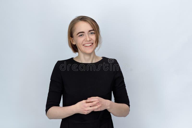 变窄一个的少妇的演播室画象有宽微笑的和 免版税库存照片