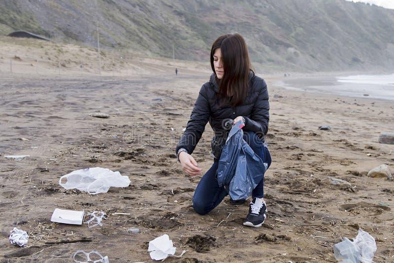 变粉红色在海滩的垃圾 库存照片