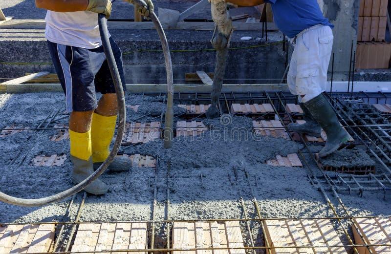 变紧密液体水泥以增强形式的建筑工人 免版税库存图片