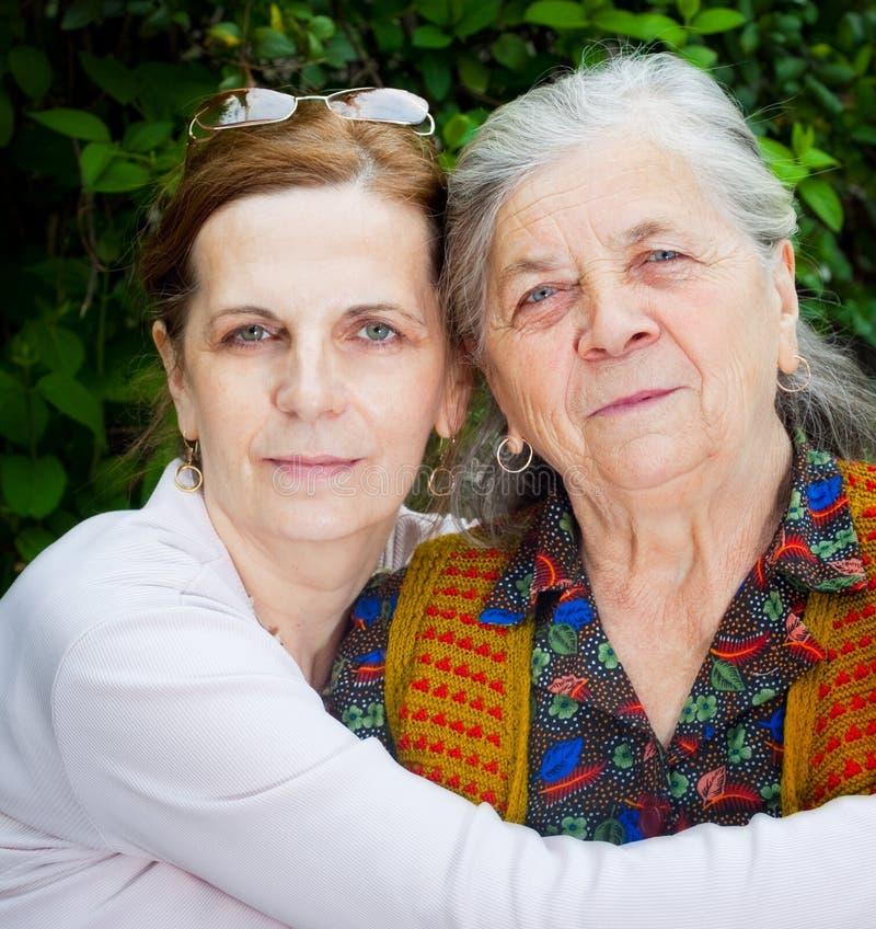 变老女儿系列中间母亲前辈 图库摄影