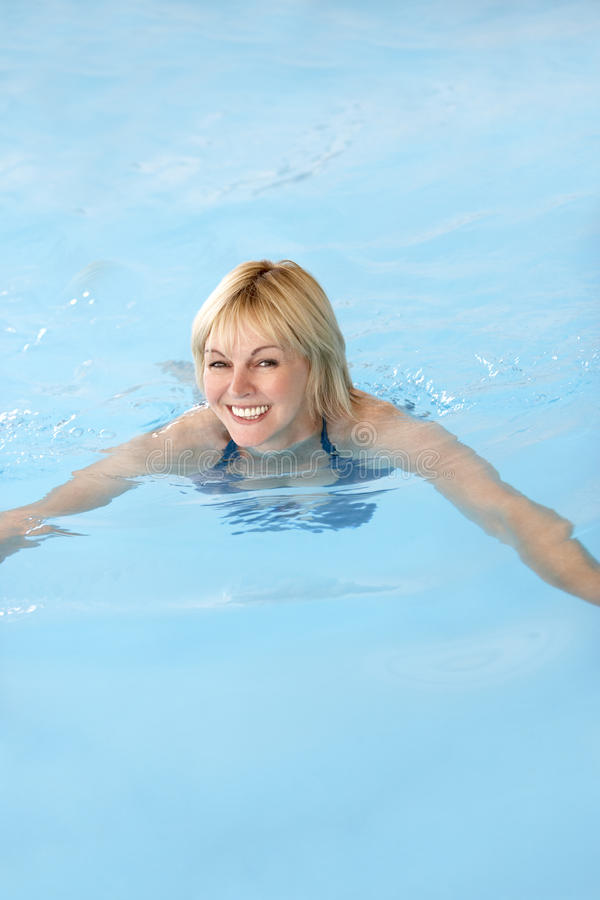 变老的中间池游泳妇女 免版税库存图片