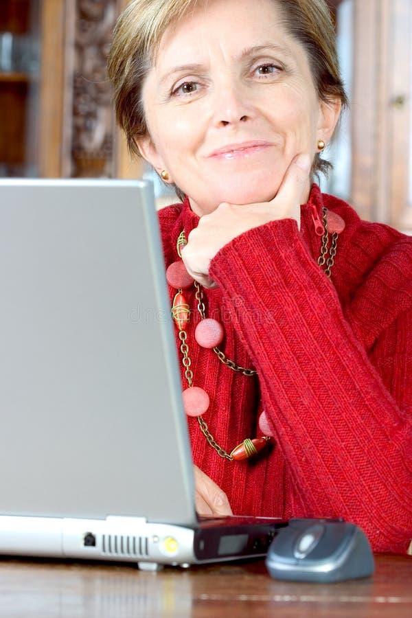 变老的中间笔记本妇女 免版税库存图片