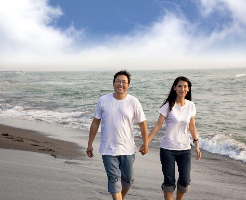 变老的亚洲夫妇愉快的中间名 免版税库存图片