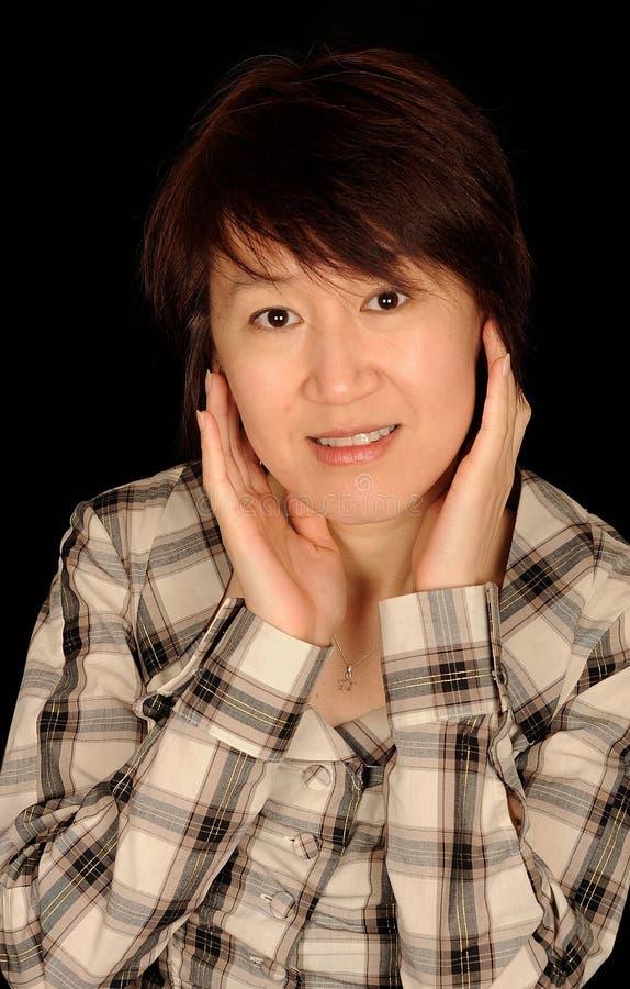 变老的亚裔可爱的中间妇女 库存照片