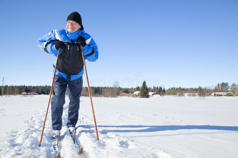 变老的人中间滑雪 免版税库存图片