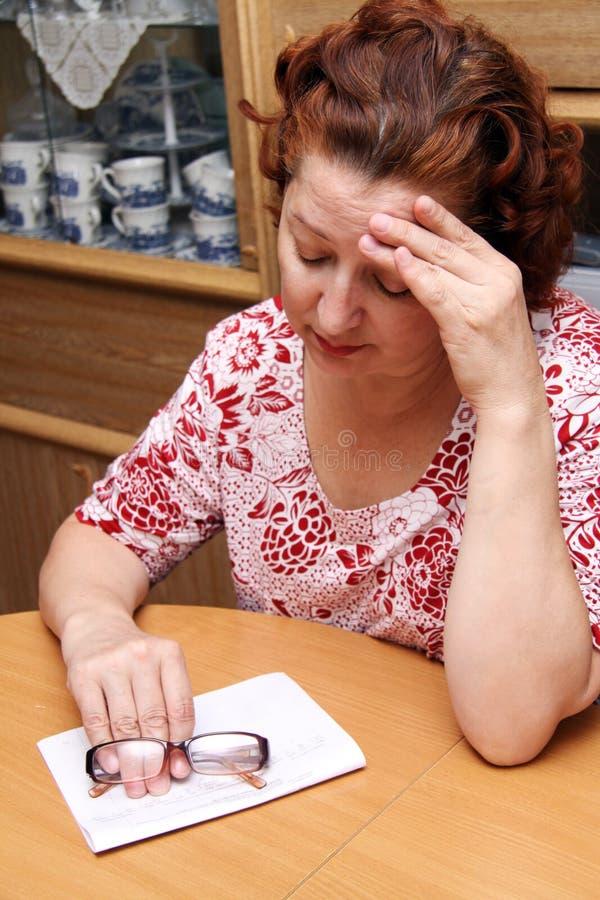 变老的哭泣的中间老妇人 免版税库存照片