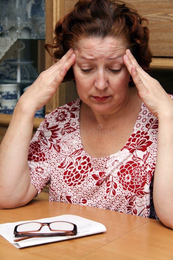 变老的哭泣的中间老妇人 免版税库存图片