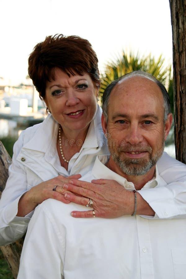 变老的夫妇中间名纵向 图库摄影
