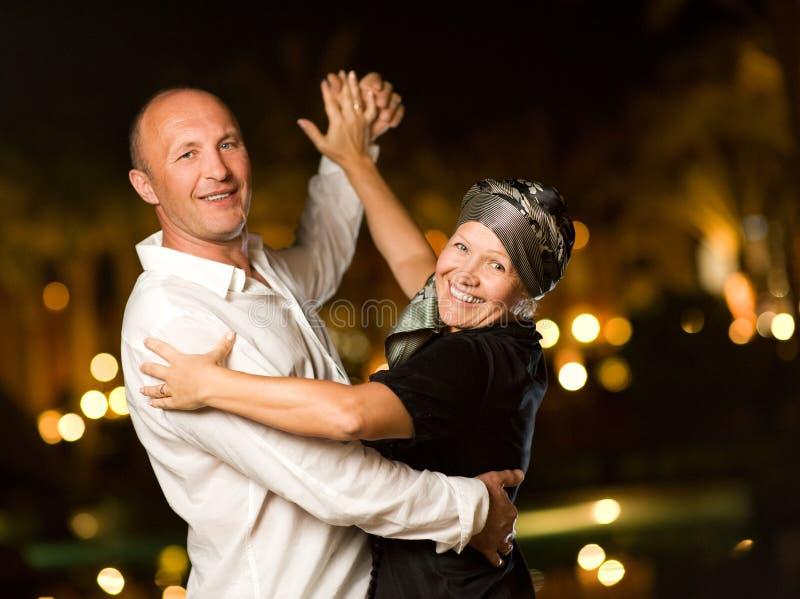 变老的夫妇跳舞中间名 免版税库存照片