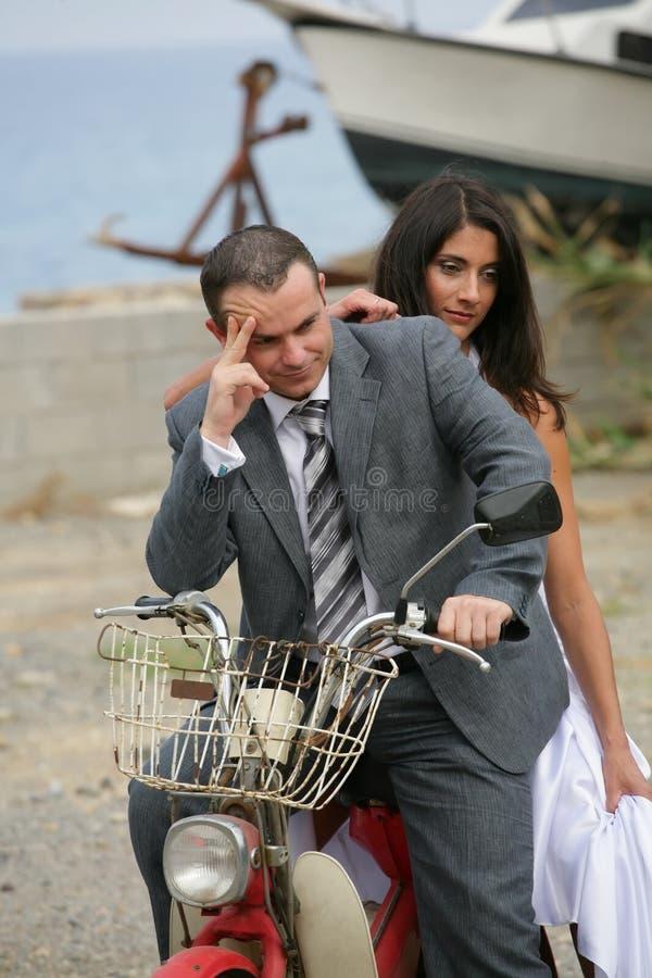 变老的新娘新郎结婚的摩托车 免版税图库摄影