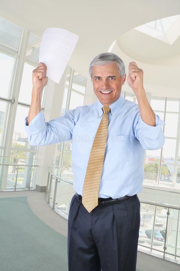 变老的生意人递被上升的中间名 免版税库存照片