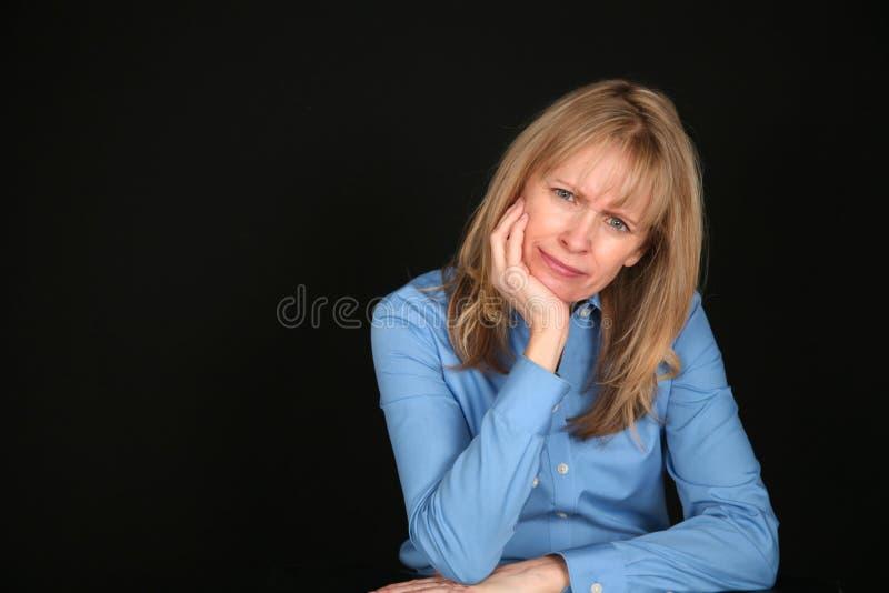 变老的白肤金发的中间妇女 免版税库存照片