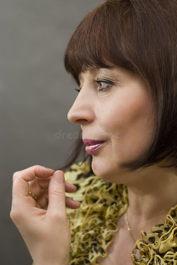 变老的美丽的中间纵向妇女 免版税库存图片