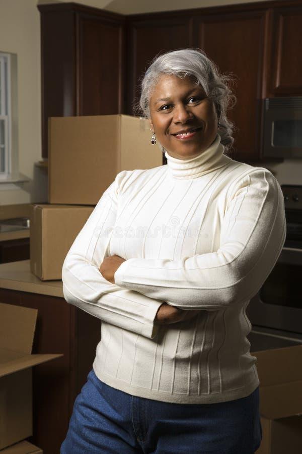 变老的配件箱厨房中间常设妇女 图库摄影