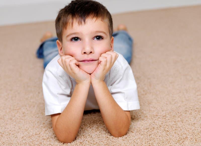 变老美丽的男孩纵向幼稚园 免版税库存图片
