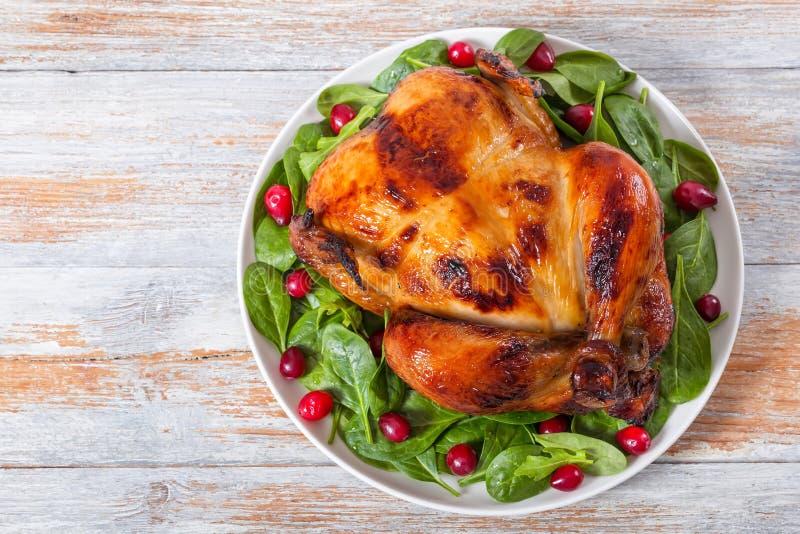 变老酥脆皮肤鸡烤与芝麻菜、菠菜和cran 免版税库存照片