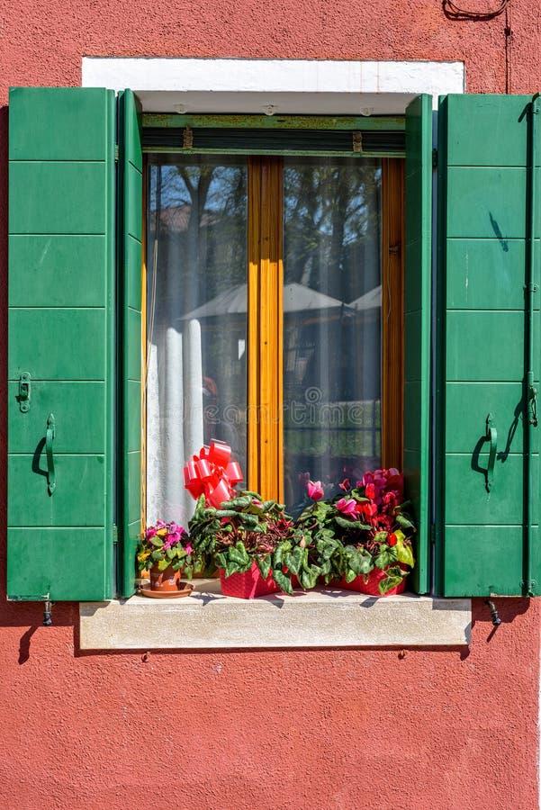 变苍白红色门面大厦的白天视图 免版税库存图片