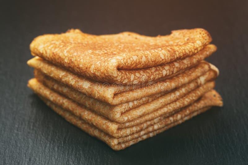变薄在板岩板的三角或俄式薄煎饼折叠的绉纱 库存照片