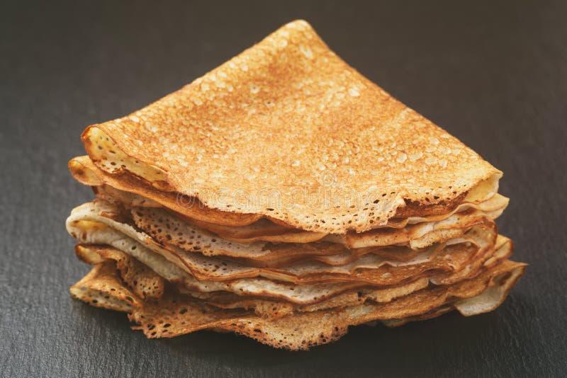 变薄在板岩板的三角或俄式薄煎饼折叠的绉纱 库存图片