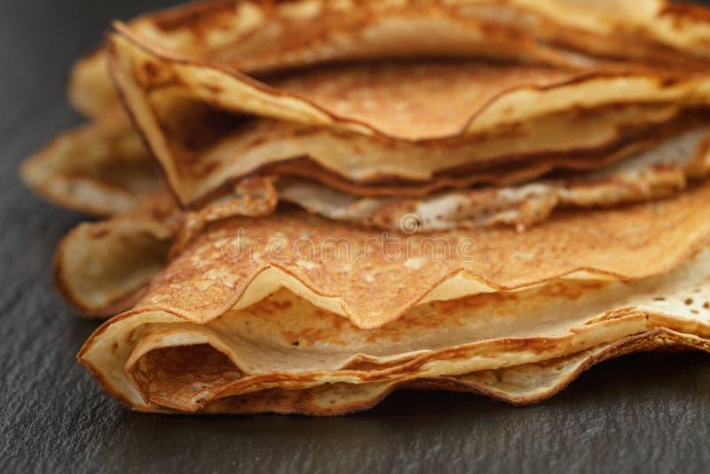 变薄在板岩的三角或俄式薄煎饼折叠的绉纱 免版税库存图片