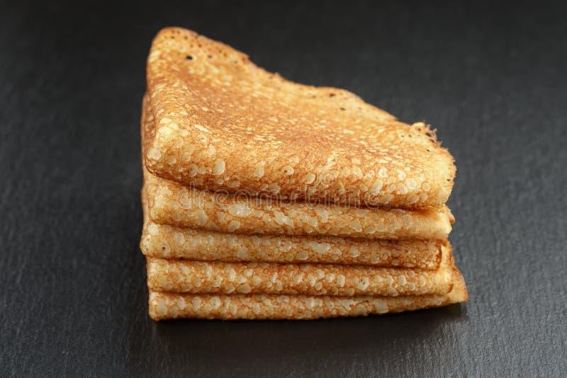 变薄在板岩的三角或俄式薄煎饼折叠的绉纱 免版税库存照片