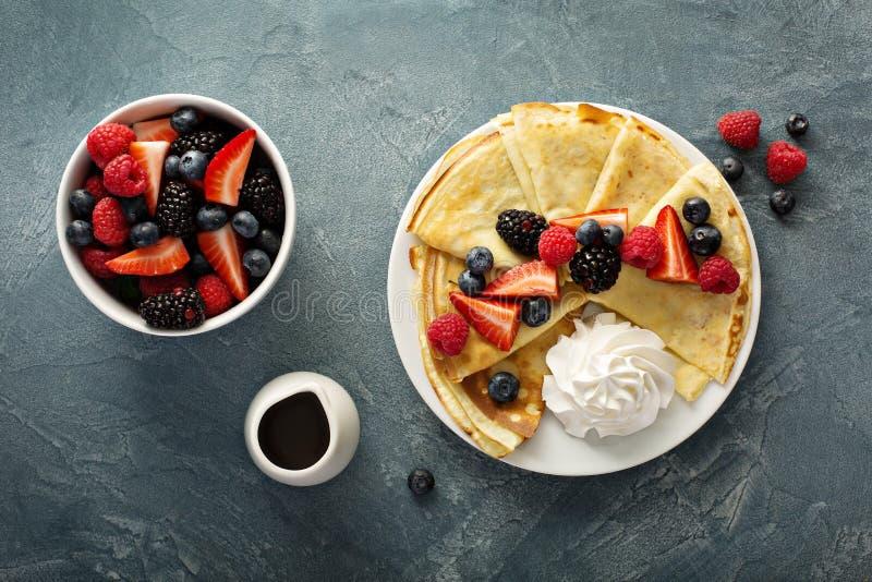 变薄有被鞭打的奶油和莓果的绉纱 免版税库存照片