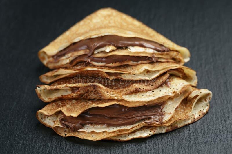 变薄绉纱或俄式薄煎饼与巧克力奶油  免版税库存图片