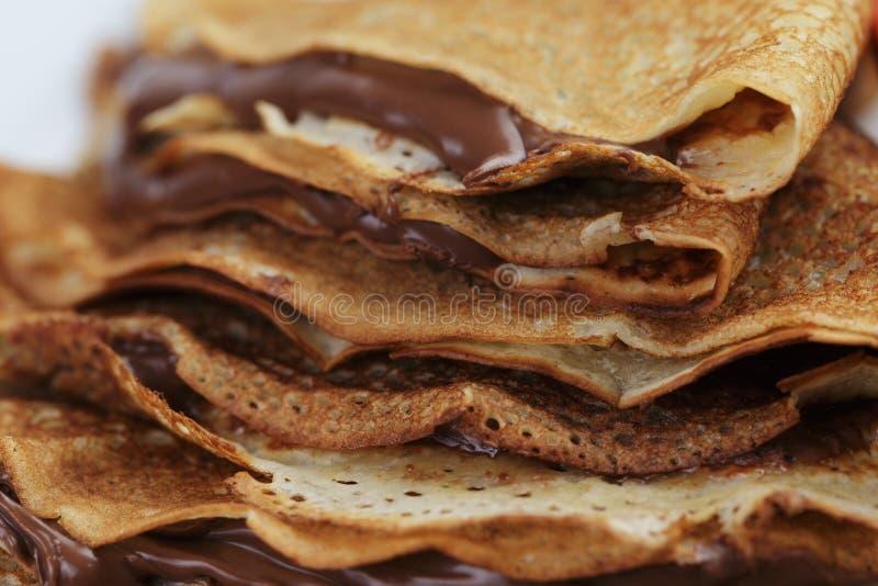 变薄绉纱或俄式薄煎饼与巧克力奶油 图库摄影