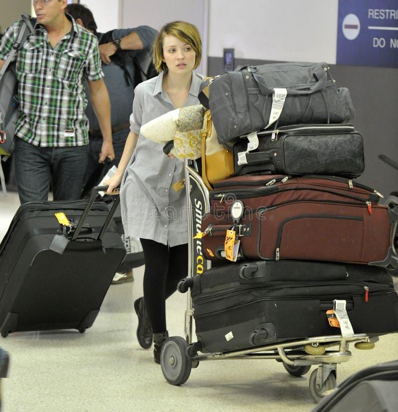 变褐埃米莉的女演员机场松驰 免版税库存图片